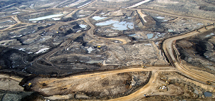 Shell is slimming down its North American operations, much to the joy of environmentalists. The oil company is shutting down an oil sands project in the western Canadian province of Alberta. (Photo credit: Urs Fitze)